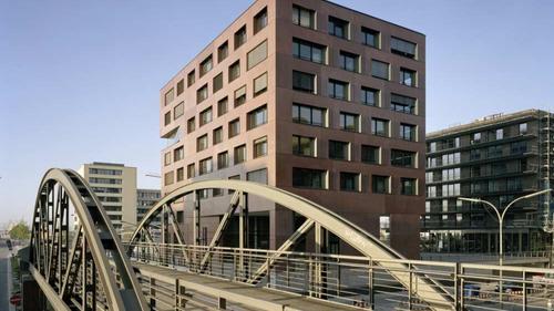 Rot durchgefärbte Fertigteilfassade für Haus am Sandtorkai, Hamburg