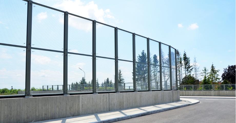 Hohe Lärmschutzwand in Feldkirchen